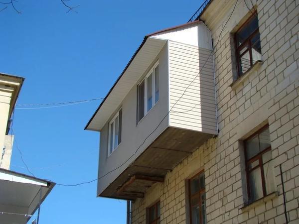 Балкон с крышей выглядит гораздо уютнее и красивее