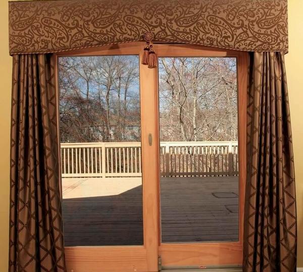 Среди преимуществ текстильных занавесок на дверной проем стоит отметить длительный срок службы и широкое разнообразие цветов