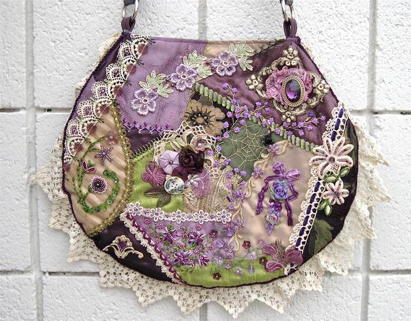 Вещь, выполненная в стиле крэйзи-пэчворк, всегда непредсказуема, выглядит ярко и оригинально, дополнена модной фурнитурой