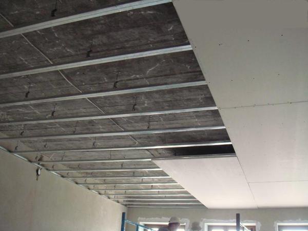 С помощью гипсокартона можно не только выровнять потолок, но и произвести отличную звуко- и теплоизоляцию