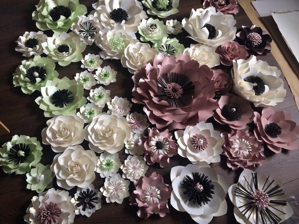 Объёмные бумажные цветы будут отличным украшением для гостиной