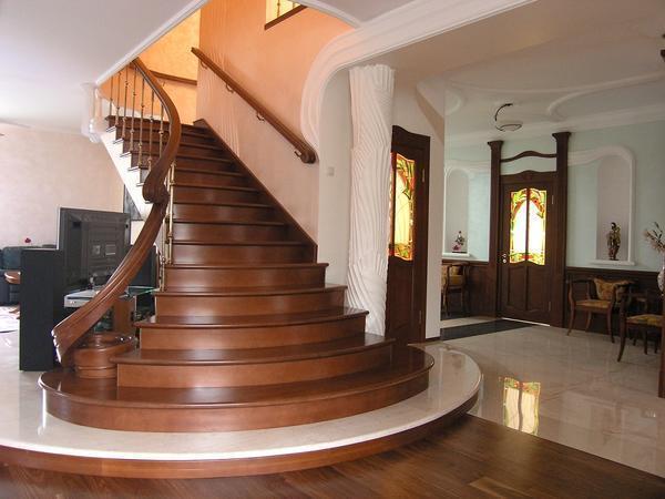 Для лестницы следует покупать материалы, которые не содержат в своем составе вредных для здоровья веществ