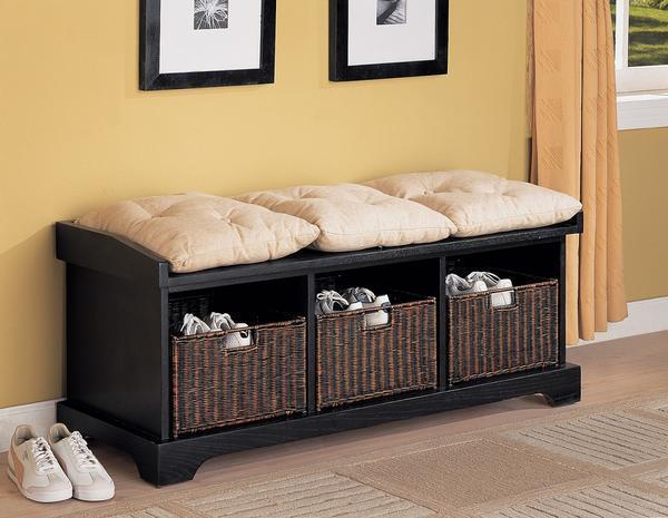 Скамейка с ящиком позволяет не только присесть на нее, но и разместить различные вещи, например, обувь