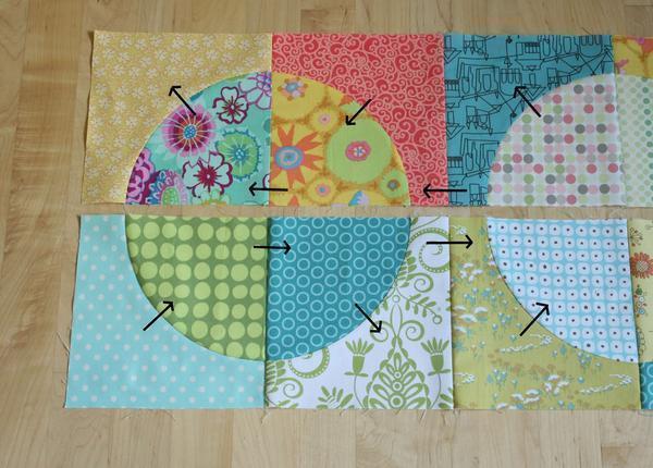 Чтобы изготовить лоскутное одеяло, детали нужно разложить согласно задуманному рисунку и сшить между собой