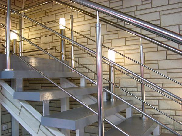 Изготавливать или выбирать металлическую лестницу необходимо с учетом того помещения, где она будет устанавливаться