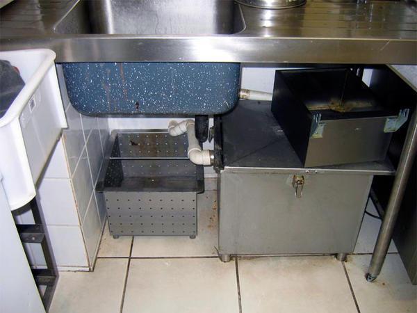 Для эффективной и долговечной работы потребуется периодическая чистка жироуловителя для канализации