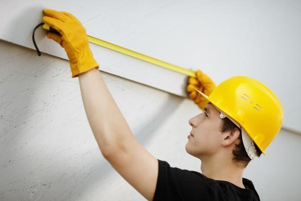Чтобы определить нужную длину светодиодной ленты, необходимо произвести замеры периметра потолка