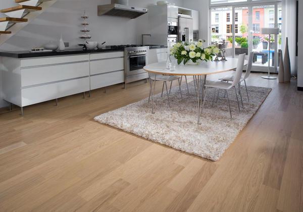 Оформляя кухню-гостиную и продумывая ее интерьер, нужно помнить о том, что каждый элемент в дизайне двух частей должен быть оформлен в одном и том же стиле