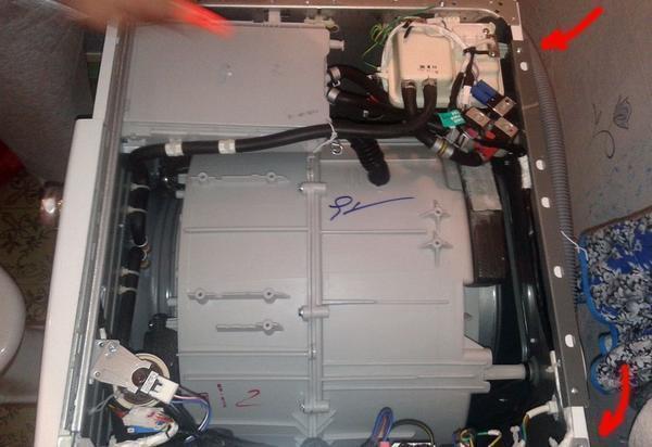 Чтобы разобрать машинку автомат LG, нужно открутить крепежные элементы