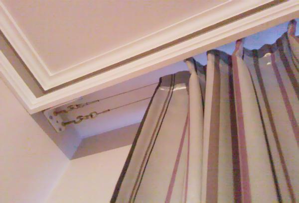 Сегодня струнные шторы, которые крепятся на особый вид карниза в виде натянутой струны, приобретают широкую популярность