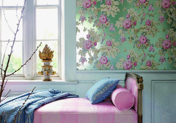Преобразить интерьер любой спальни способны флизелиновые или виниловые обои с изображением цветов или птиц