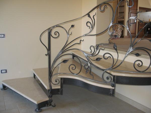 Цвет металла кованной лестницы нужно выбирать в зависимости от оттенка, в котором выполнен интерьер помещения