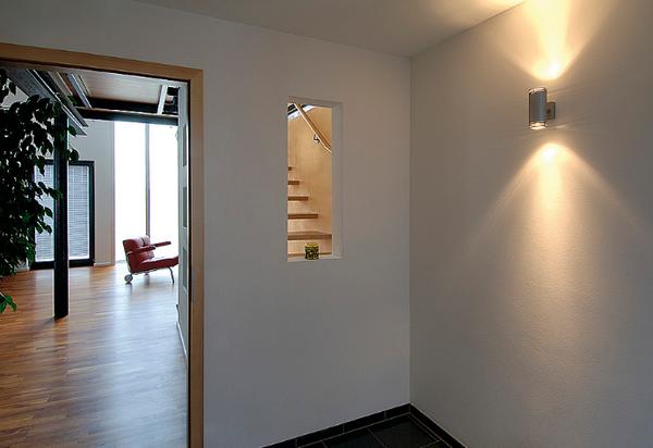 Для коридора ли прихожей отлично подойдут светильники-плафоны или бра