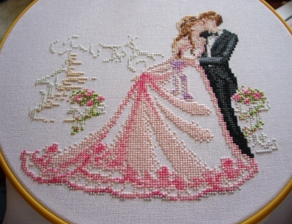 На свадебной метрике зачастую вышиваются имена молодой пары, дата или же символическая фраза