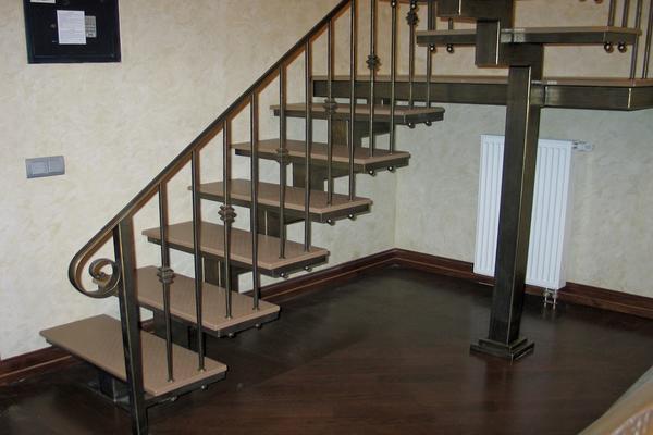 Лестница на металлическом каркасе способна выдерживать большие веса