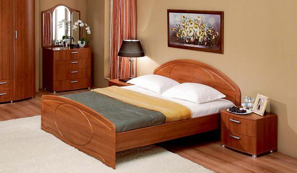 Маленькие двуспальные кровати считаются неудобными, поэтому большинство людей обращают внимание именно на ширину кровати
