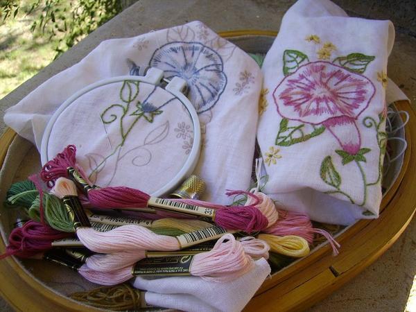 Все материалы для вышивки цветов крестом можно приобрести в магазине, торгующем товарами для рукоделия