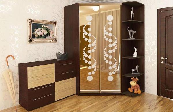 Угловой шкаф шоколадного оттенка подходит к классическому стилю спальни