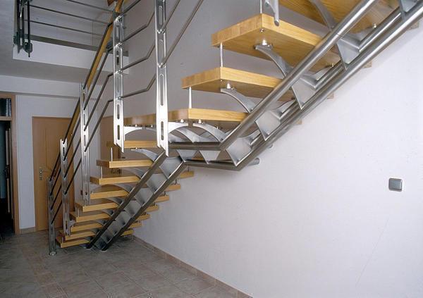 Перед тем как устанавливать лестницу в помещении, следует заранее рассчитать максимальную нагрузку и подобрать правильную конструкцию