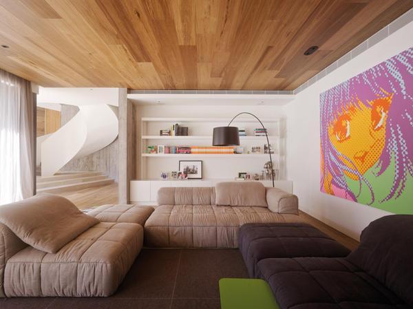 Сделать помещение оригинальным и необычным способен потолок из паркетной доски, который кроме прекрасных эстетических качеств обладает хорошей звукоизоляцией