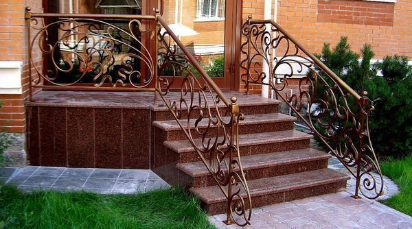 Уличную лестницу следует выбирать, исходя из стиля экстерьера сооружения