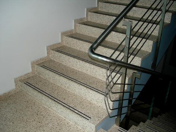 При выборе натурального камня для изготовления лестницы следует обращать внимание на его качество и прочность