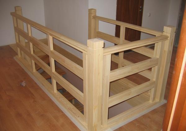 С помощью деревянных перил можно существенно повысить степень безопасности лестницы