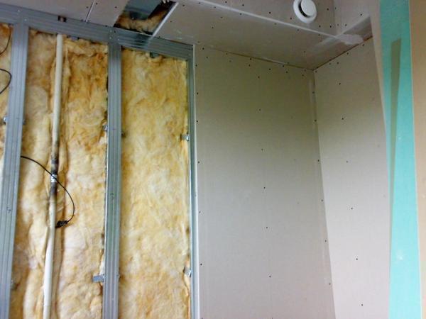 Перед тем как начинать ремонтные работы по установке короба, следует сперва сделать замеры как на потолке, так и на стене