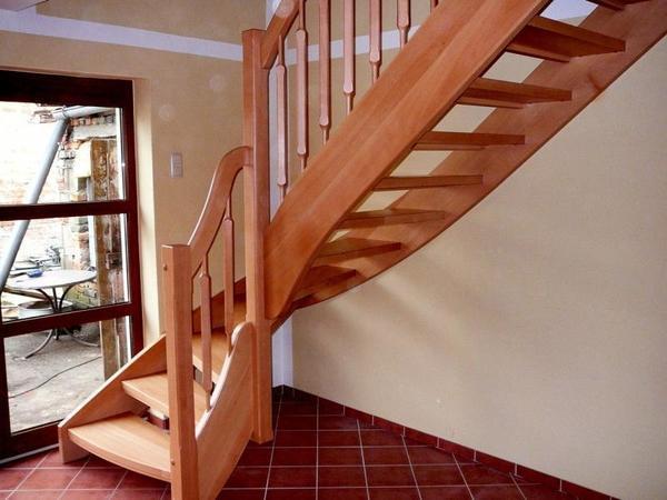 При обустройстве лестницы на второй этаж необходимо учитывать интерьер дома