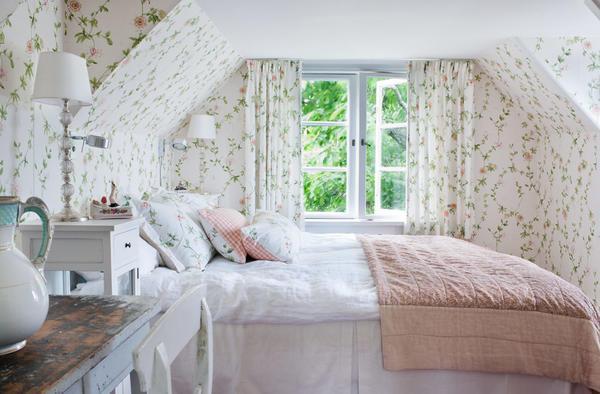 Стиль прованс в монсардной спальне подчеркнет уникальность вашей комнаты