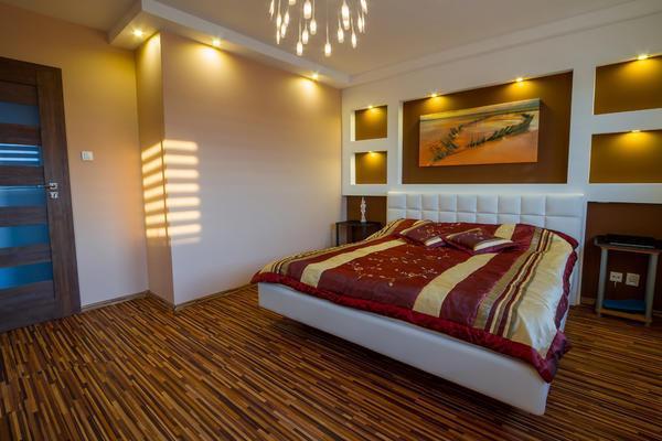 Небольшие точечные светильники, установленные на предметах мебели или деталях интерьера, позволят визуально увеличить высоту низкого потолка