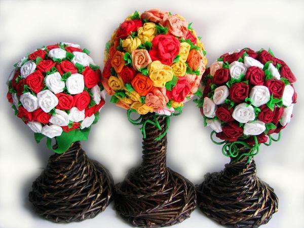 Для изготовления классического бумажного цветка, например розы, нужно всего лишь свернуть спиралью полоску из салфетки