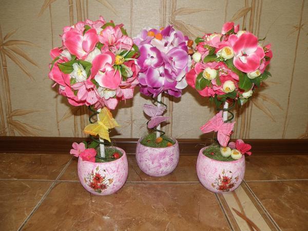 В качестве подставки для топиария можно использовать цветочный горшок, предварительно разукрасив его в подходящий цвет