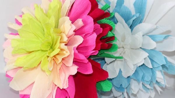 Цветок георгины можно сделать с помощью трех салфеток разных расцветок