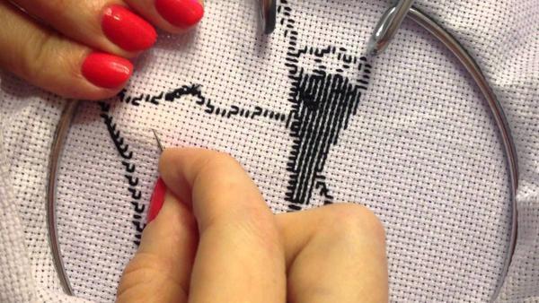 Старайтесь закреплять нить незаметно и не оставляйте узлов на вышивке