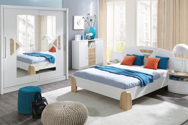 Добавить уюта в спальню могут небольшие и мягкие пуфы