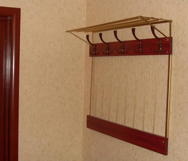 Для изготовления вешалки в прихожую можно использовать старые металлические трубки, но перед этим их необходимо покрасить