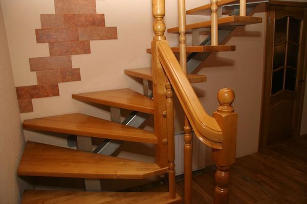 Отличным решением является использование металлического каркаса в сочетании с деревянной отделкой лестницы