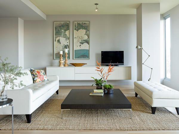 Гостинную комнату можно украшать различными декорациями, включая цветы