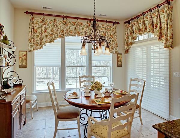 Выбирать занавески на кухню следует, исходя из ее стиля и личных предпочтений хозяев