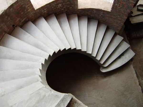 Легко и быстро обустроить лестницу своими руками можно из бетона