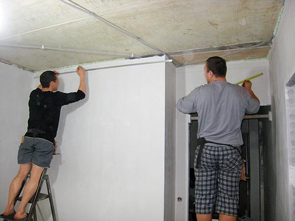 Как переклеить обои с натяжным потолком