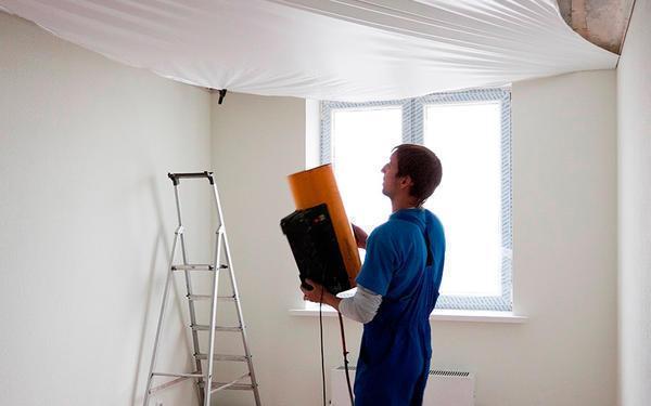 При выполнении работ по установке карниза нужно очень аккуратно выполнять все действия, ведь натяжной потолок - легко повреждаемая пленка