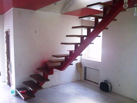 Металлические лестницы являются достаточно популярными, поскольку они не только красивые, но и долговечные