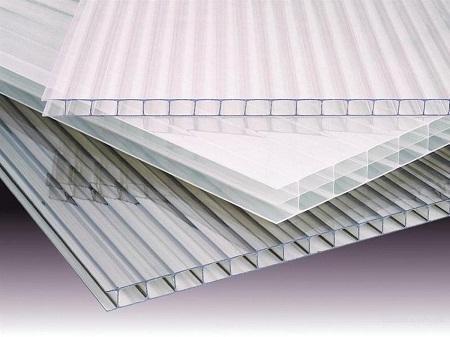 Поликарбонат отлично подходит для отделки теплицы благодаря хорошим эксплуатационным свойствам