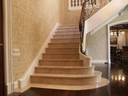 Сделать интерьер роскошным и элегантным можно при помощи красивой лестницы из камня