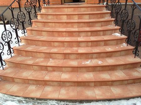 Входные лестницы в дом могут быть изготовлены из различного материала: металла, дерева, камня или бетона