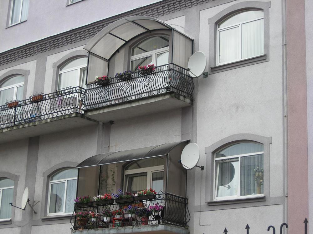 Покрытия крыш имеет различные характеристики и отличия: по цвету, весу, качеству, стоимости и эксплуатационным свойствам