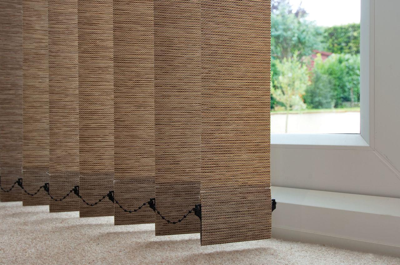 Вертикальные тканевые жалюзи можно повесить на окна офиса или жилой комнаты, они подойдут для любых оконных проемов