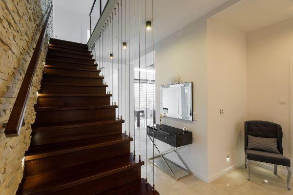 Лестница может быть не только практичной, но и выступать оригинальным элементом декора в интерьере